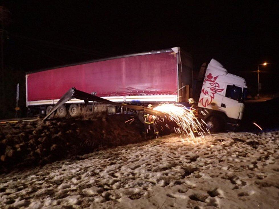 Zásah hasičů u havarovaného kamionu v Ropici.