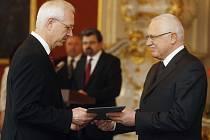 Nejslavnější Jablunkovan. Jiřího Drahoše (vlevo) jmenoval nedávno do funkce předsedy Akademie věd ČR prezident Václav Klaus.