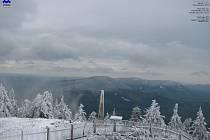Záběr z webkamery ČHMÚ na Lysé hoře v pondělí dopoledne.