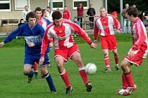 Nýdecký stoper Jakub Babilon (uprostřed) právě odebral míč domácímu útočníkovi Tomáši Kantorovi.