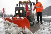 Nový malotraktor při zimní údržbě