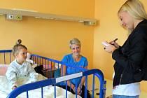 Nemocné děti navštívila v pondělí 1. září ve frýdecko-místecké nemocnici zpěvačka Markéta Konvičková. Předala jim drobné dárky.