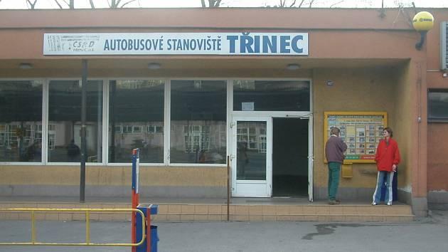 Budova na třineckém autobusovém stanovišti. Město v ní dotuje provoz veřejného sociálního zařízení. Ilustrační snímek.