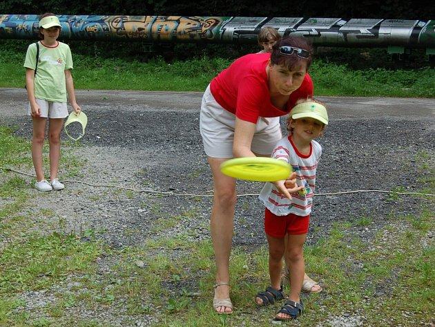 Frisbee si dnes s maminkou vyzkoušel i tříletý Tomáš Tomíček