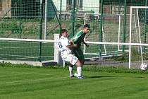Obránce Michal Švrček bojuje o míč s útočníkem domácích.