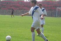 Fotbalový dorostenec Frýdku-Místku Lukáš Kohout se rozhlíží, kterému spoluhráči přihraje míč.