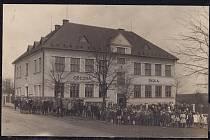 V roce 1926 vyrostla v centru Řepišť nová školní budova, která vznikla adaptací starého školního objektu z let 1874–1875 a přístavbou. Stavbu realizoval stavitel Alois Tyleček ze Sviadnova podle plánů architekta Ludvíka Juroše z Frýdku.