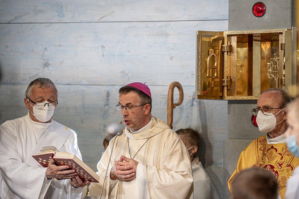 První bohoslužba v replice požárem zničeného dřevěného kostela Božího těla v Třinci-Gutech se konala v neděli 6. června 2021. (střed) Biskup Martin David.