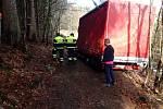 Zásah hasičů u zapadlé dodávky.