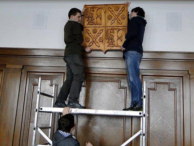 Na výrobě znaků se podíleli žáci Střední školy elektrostavební a dřevozpracující.