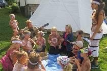 """Letní tábory budou letos plné. Zájem je o pobytové i příměstské programy. Na snímku je příměstský tábor """"Po stopách indiánů"""", který loni připravila Lesní školka Hrádeček."""