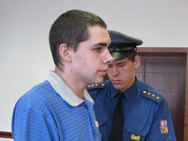 Před frýdecko-místecký soud zamířil případ Patrika Židka, který se údajně v květnu pokusil znásilnit tři ženy. Jednu z nich měl navíc oloupit. Mladík u soudu odmítl vypovída, již dříve se ale ke dvěma útokům přiznal. Proces potrvá minimálně do srpna.