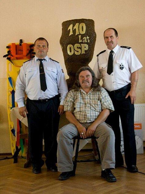 Nýdecký řezbář Jan Vitásek (uprostřed), vlevo jeho syn Tomáš, místostarosta nýdeckého sboru. Vpravo jeden z polských hasičů.