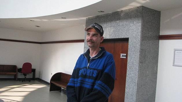 Jiří Mohyla chtěl v květnu podřezat padesátiletého muže. U soudu vyvázl s trestem na svobodě.