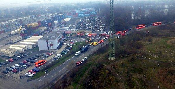 Pohled na místo zásahu po explozi celnice vPaskově zpaluby záchranného vrtulníku.