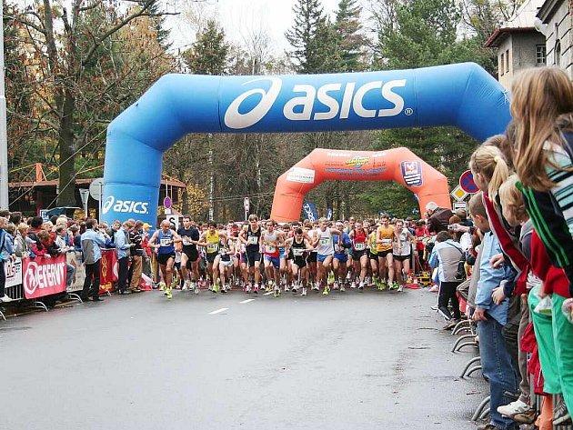Blíží se první listopadová sobota a tento termín si již řadu let značí do kalendáře nejen kondiční běžci, ale i celá řada lidí, kteří se sportu jinak pravidelně nevěnují. Ve Frýdku-Místku se totiž koná silniční běžecký závod Hornická desítka.
