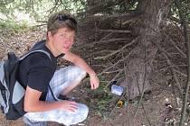 Třiadvacetiletý kačer David Damek, který má na svém kontě přes 1700 ulovených pokladů, na fotografii ukazuje nalezenou keš. Při hledání musí dávat pozor na mudly.