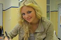 Markéta Konvičková při autogramiádě ve frýdecké nemocnici.