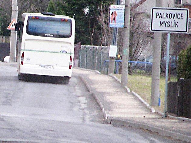 Opravu potřebuje i silnice přes Myslík mezi Palkovicemi a Kozlovicemi (na snímku), ta však přijde na řadu až ve druhé polovině roku. Na jaře se opraví alespoň silnice do Metylovic.