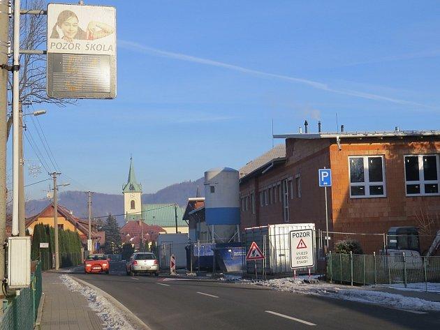 Měřič rychlosti poblíž kozlovické školy ukázal jednomu z řidičů před několika týdny číslovku 111.