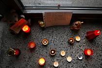 V Základní škole v Raškovicích, kde zavražděná Denisa ještě před několika roky chodila, vzniklo pietní místo.
