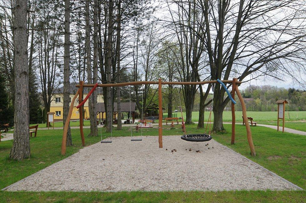 Dětské hřiště v centru obce Kaňovice.