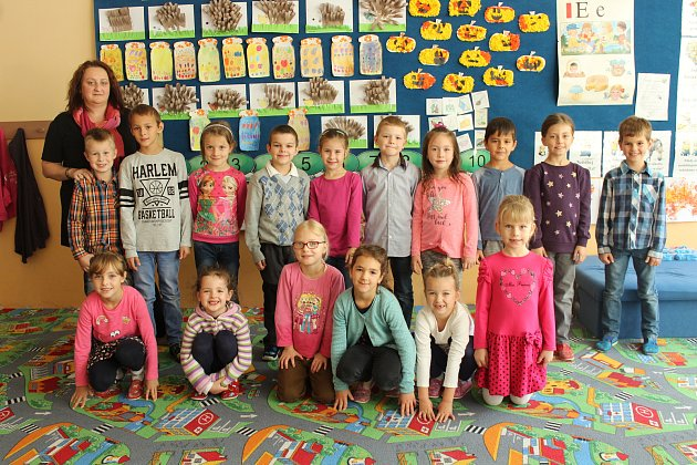 Prvňáčci ze základní školy ve Smilovicích. Třídní učitelkou je Karina Szturcová.