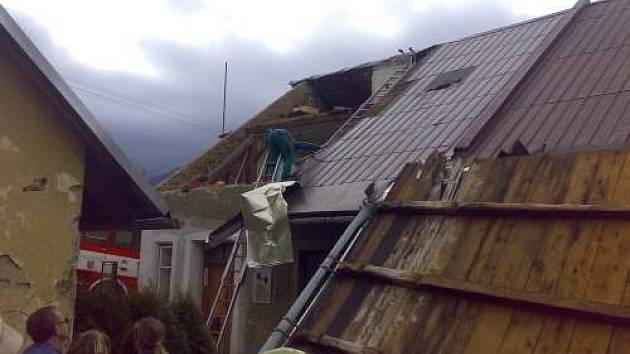 Poničená střecha v Kunčicích pod Ondřejníkem.