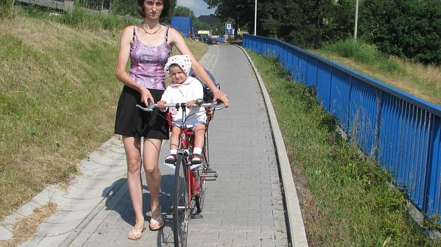 Společná stezka pro chodce a cyklisty vznikne i na tomto chodníku v Neborech.