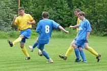 Fotbalisté v jeho věku hrají už jen zápasy za staré gardy. Jednapadesátiletý Petr Král (zcela vlevo) ale stále obléká dres Sokola Metylovice, hrající v okresním přeboru frýdecko-místeckého okresu.