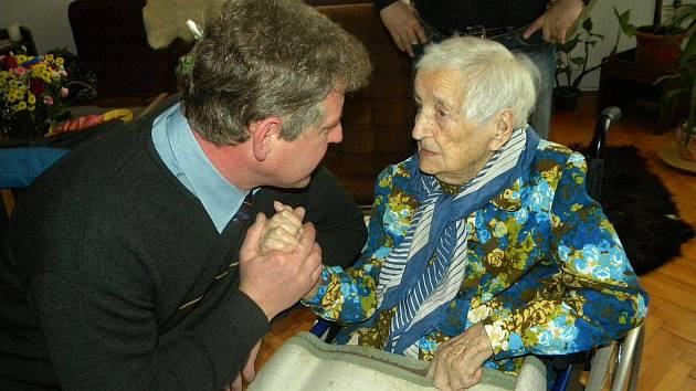 Bystřický starosta Ladislav Olšar gratuluje Marii Peterkové. Žena, která za války přežila útrapy koncentračního tábora, oslavila 105. narozeniny.