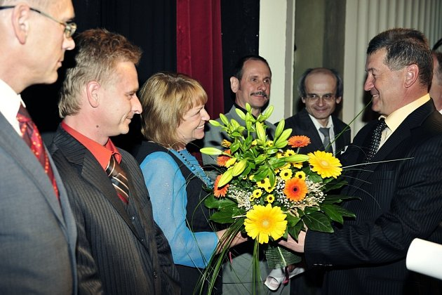 Královna ocel 2009. Zleva Robert Konderla, Irena Kolarczyková,Jaromír Kohutek a Svatopluk Kočvara. Vpravo generální ředitel železáren Jiří Cienciala.