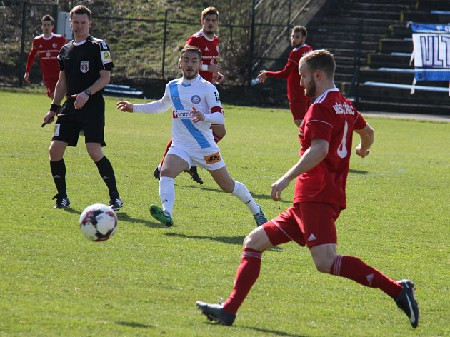 Derby mezi Třincem (v červeném) a Frýdkem-Místkem skončilo smírem (2:2).