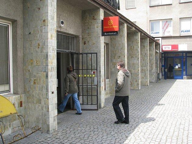 Klienti pobočky České pošty, která sídlí na Antonínově náměstí ve Frýdku-Místku, si zpočátku na papírkové odbavování vůbec nemohli zvyknout.
