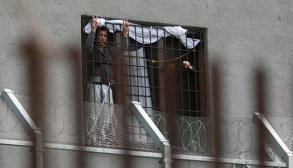 V uprchlickém táboře ve Vyšních Lhotách se v současné době nachází přes tři stovky běženců. V neděli ho navštívil i ministr spravedlnosti Robert Pelikán.