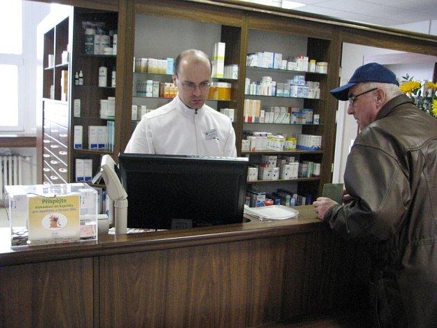 Kasa na sbírku Klokánkovi do kapsičky je umístěna i v lékárně Pharmax na místecké poliklinice. Peníze ze sbírky jsou určeny na rozvoj azylových zařízení Klokánek pro týrané a zanedbávané děti.
