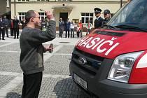 Frýdlantský kaplan otec Martin Sudora se během slavnosti pomodlil za všechny, kdo budou novou hasičskou techniku využívat a oba nové automobily požehnal a pokropil svěcenou vodou.