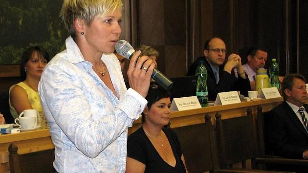 Nově zvolená ředitelka Národního domu Marcela Krplová se na jednání zastupitelů všem oficiálně představila