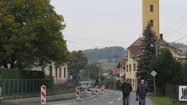 Stavba chodníku v Metylovicích.