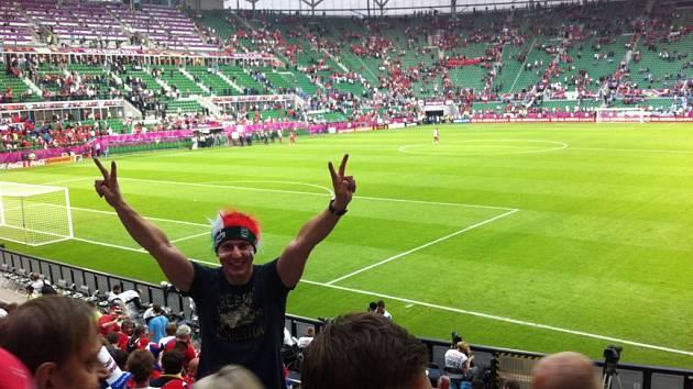 Sedmadvacetiletý gólman Martin Kopecký se převtělil do role fotbalového fanouška, který jel do polské Wroslawi povzbudit české reprezentanty.