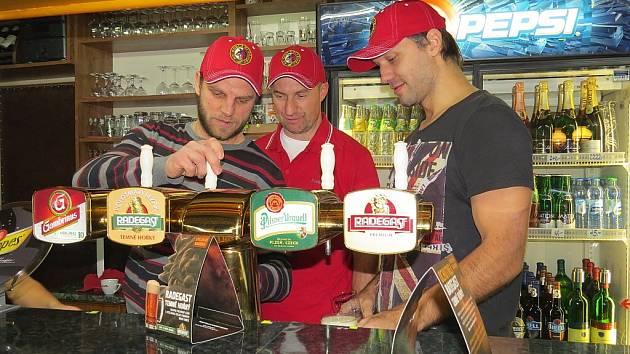 Hokejisté Třince Lukáš Galvas, Jan Peterek a Tomáš Klouček se postavili za pípu.