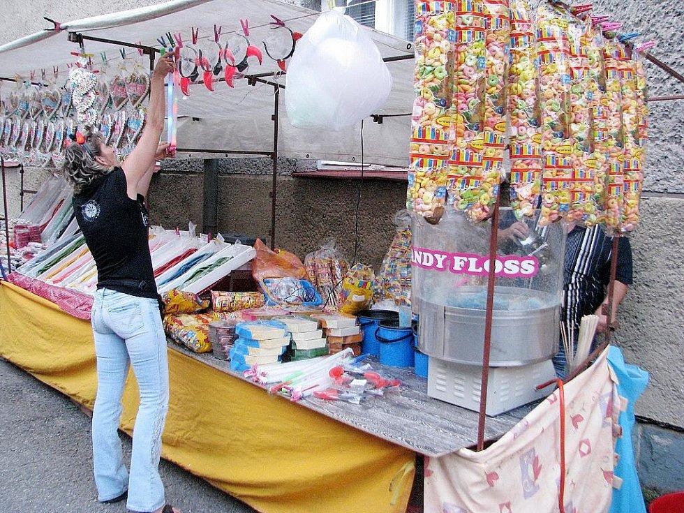 Desátý ročník tradičního Ligotského jarmarku začal v pátek 24. července v Komorní Lhotce. Pokračovat bude i v sobotu. První den si návštěvníci užívali vystoupení legendární skupiny Turbo, která musela několikrát přidávat.