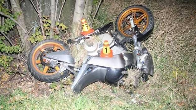 Řidič motocyklu po havárii utekl.