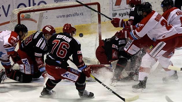 Oceláři (v černém) prohráli v Olomouci smolně 1:3.