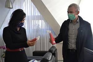 Primátorka Věra Palkovská přijala z rukou ředitele společnosti Walmark Roberta Kužela 50 kusů rozprašovačů s dezinfekcí.