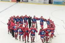 Oslavné kolečko frýdecko-místeckých hokejistů po skončení zápasu ve Vsetíně.