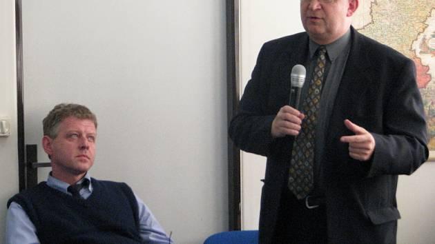Vpravo poradce ministerstva životního prostředí Vojtěch Doležal, vlevo předseda Slezského vodohospodářského svazku Ladislav Olšar.