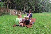Děti zlesní školky Hrádeček si pobyt na čerstvém vzduchu dokáží užít.