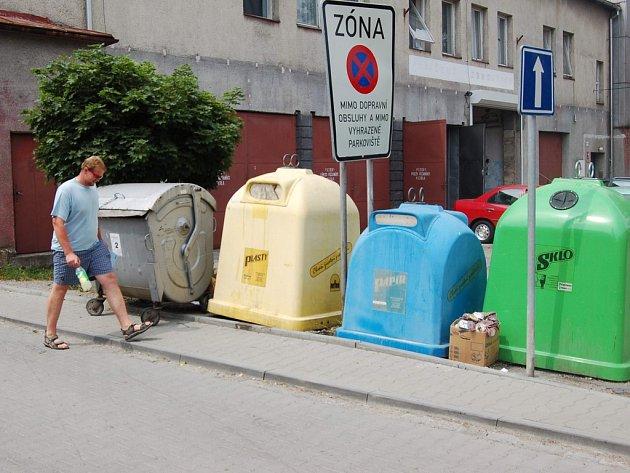 Muž prochází kolem kontejnerů v Jablunkově. Město nyní zjišťuje, zda za likvidaci odpadu může platit méně než doposud.
