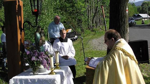 Páter Andrzej Wójcik při bohoslužbě pod širým nebem.